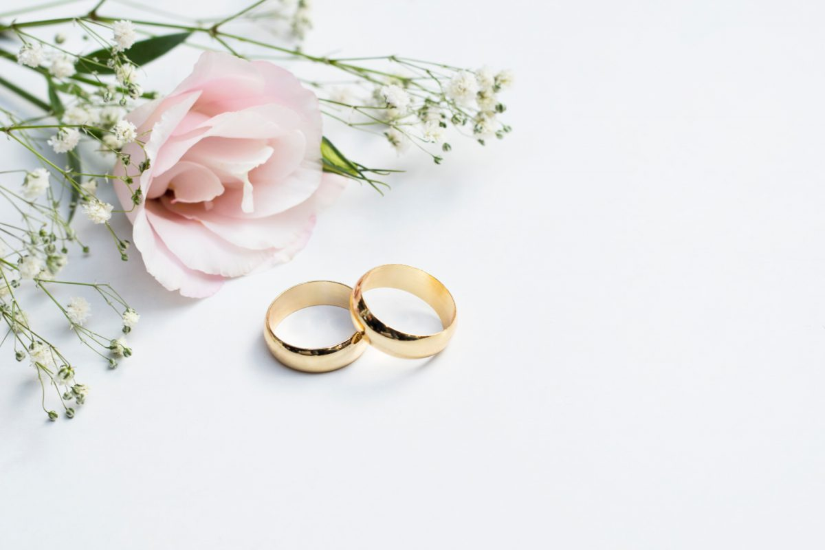 Searching for silicone wedding rings that look like real metal? We've got you covered! Check out 10 options that we adore!