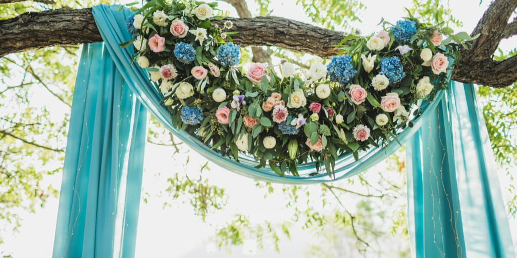 7 Beautiful Wedding Arch Garland Ideas We Just Can't Stop Staring At