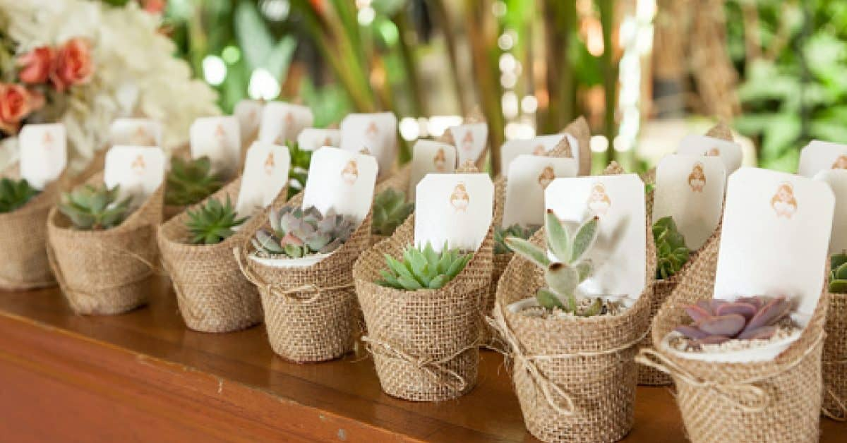eco-friendly gifts for guests: 2021 wedding trends