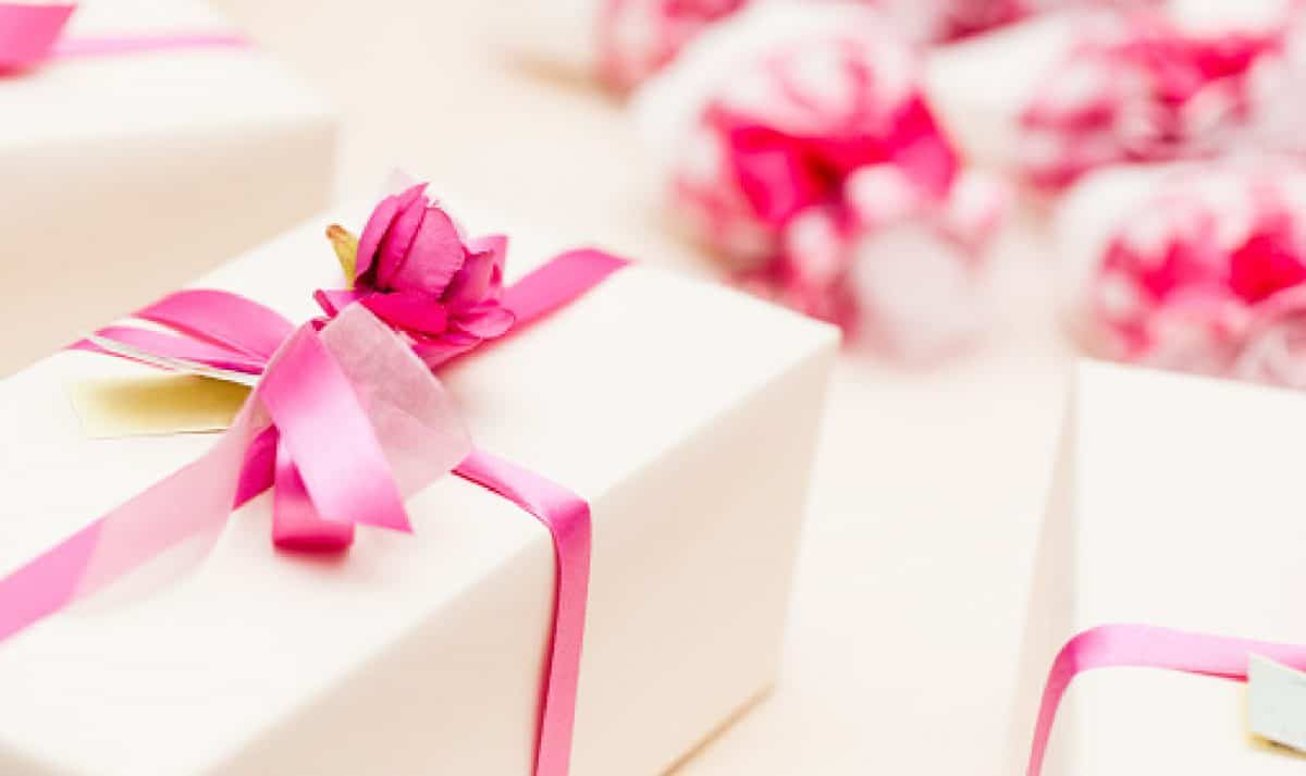 beautiful wedding favors wrapped in cute boxe