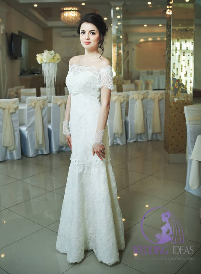 Mermaid wedding dress with off-shoulder lace necklace.