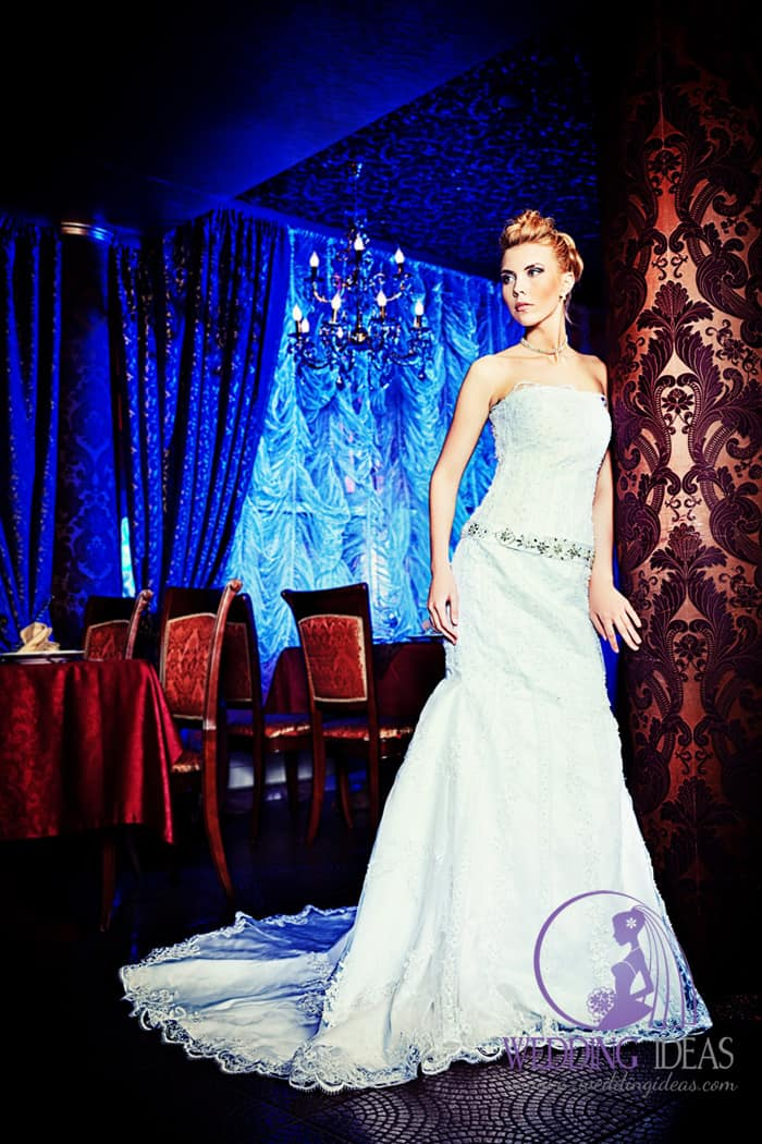 Wedding dress with straight necklace with skirt with train.