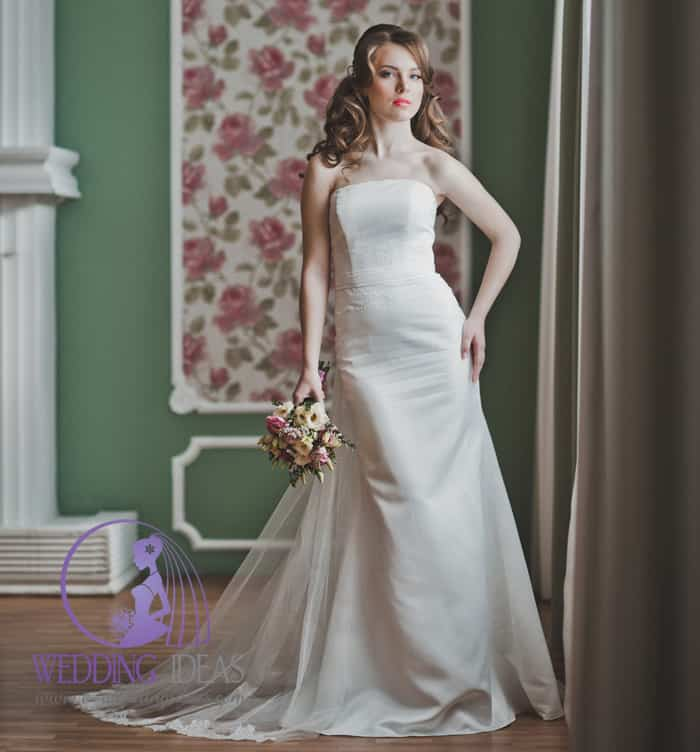 Smooth A-line wedding dress with straight necklace