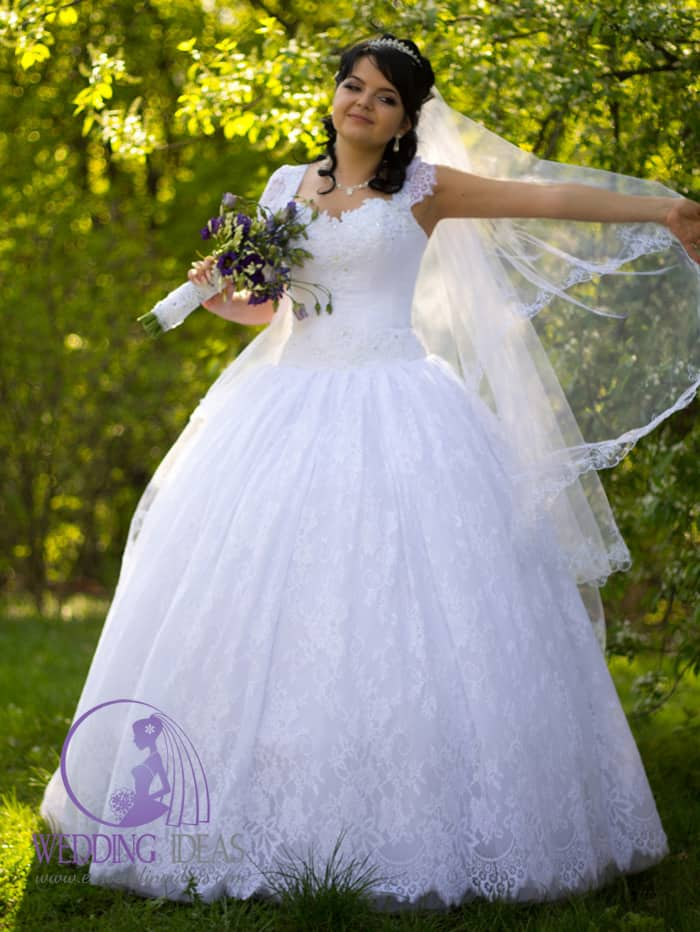 Ball gown with sweetheart necklace and lace straps