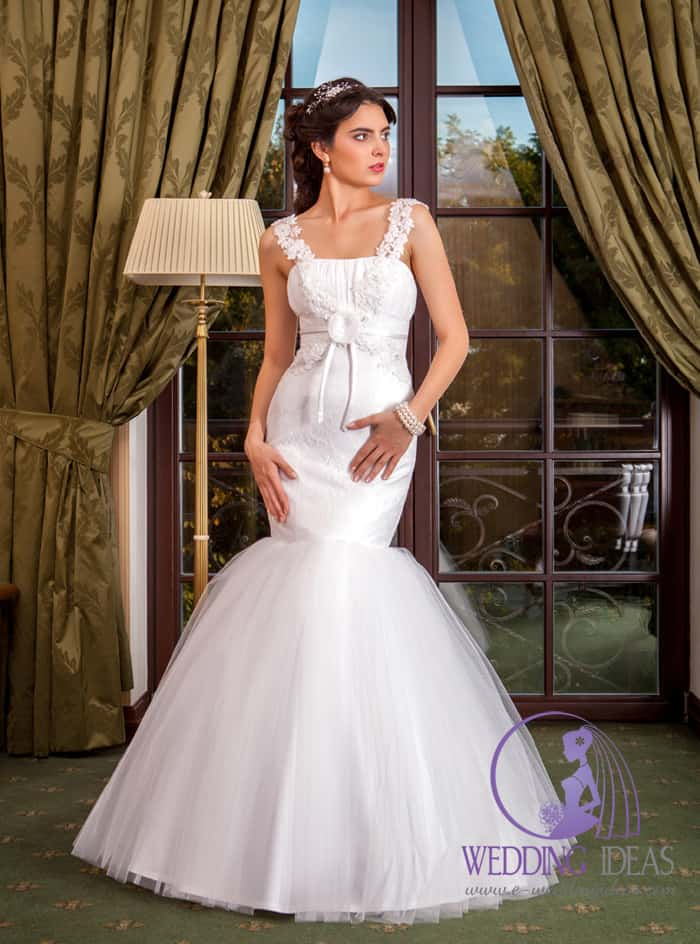 Straight necklace with lace straps going from material flower on the bodice