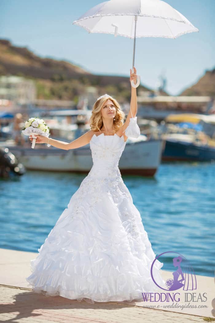 Ball lace wedding dress with floral effect with crystals and lace short veil.
