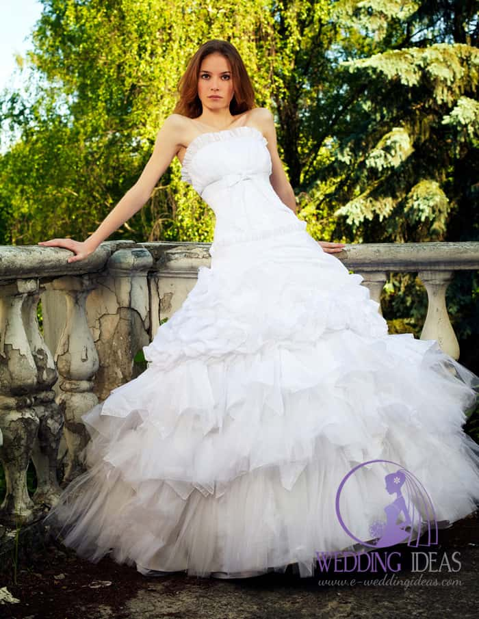 Ball gown with straight neckline with a bow under the bust