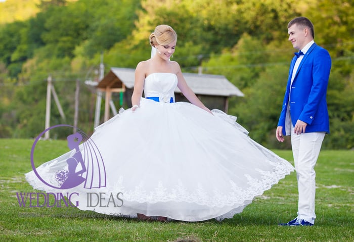 Ball strapless wedding dress with tulle and lace skirt.