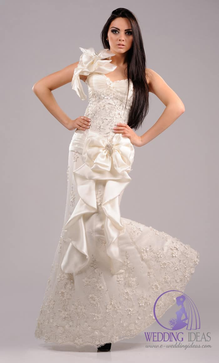 Sweetheart neck with a big satin flower on the shoulder and a big satin bow at the waist.