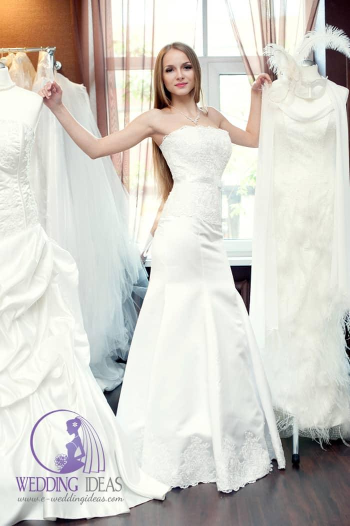 Mermaid bride dress with a straight neckline.