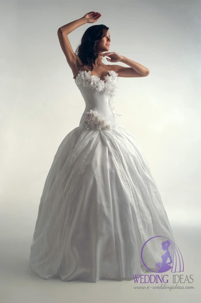 Sweetheart neckline with flowers on the bust and bodice, few flowers on the right hip.