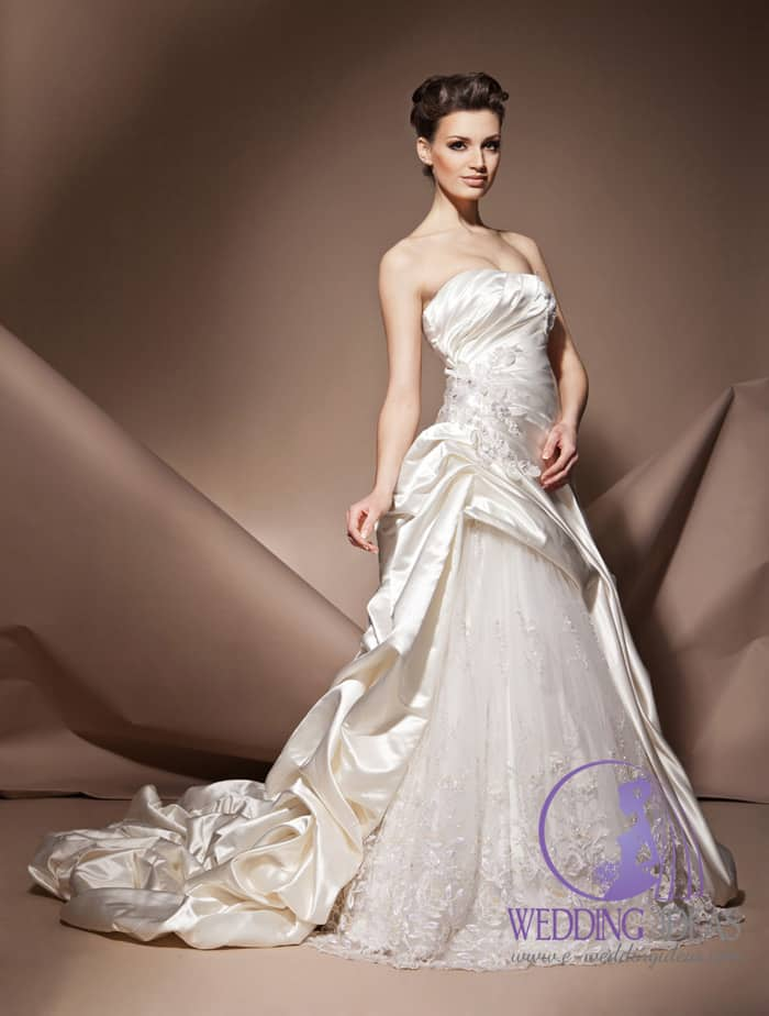 Satin dress with straight necklace and crystal elements on the right hip.