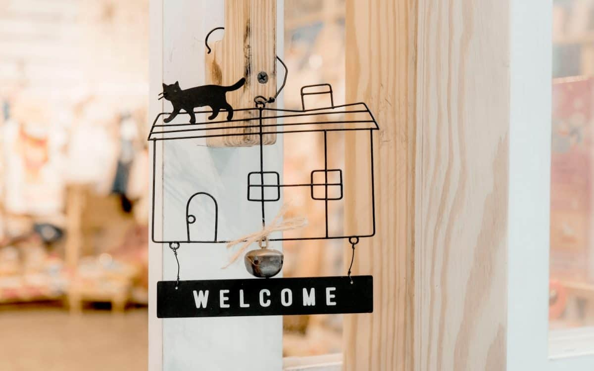 diy welcome home signage as a housewarming gift for couple