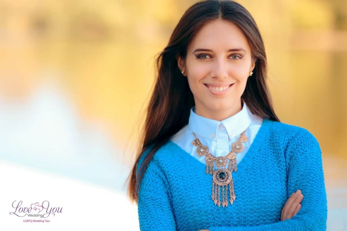 pretty lady posing with her statement necklace but how to wear statement necklaces the right way?