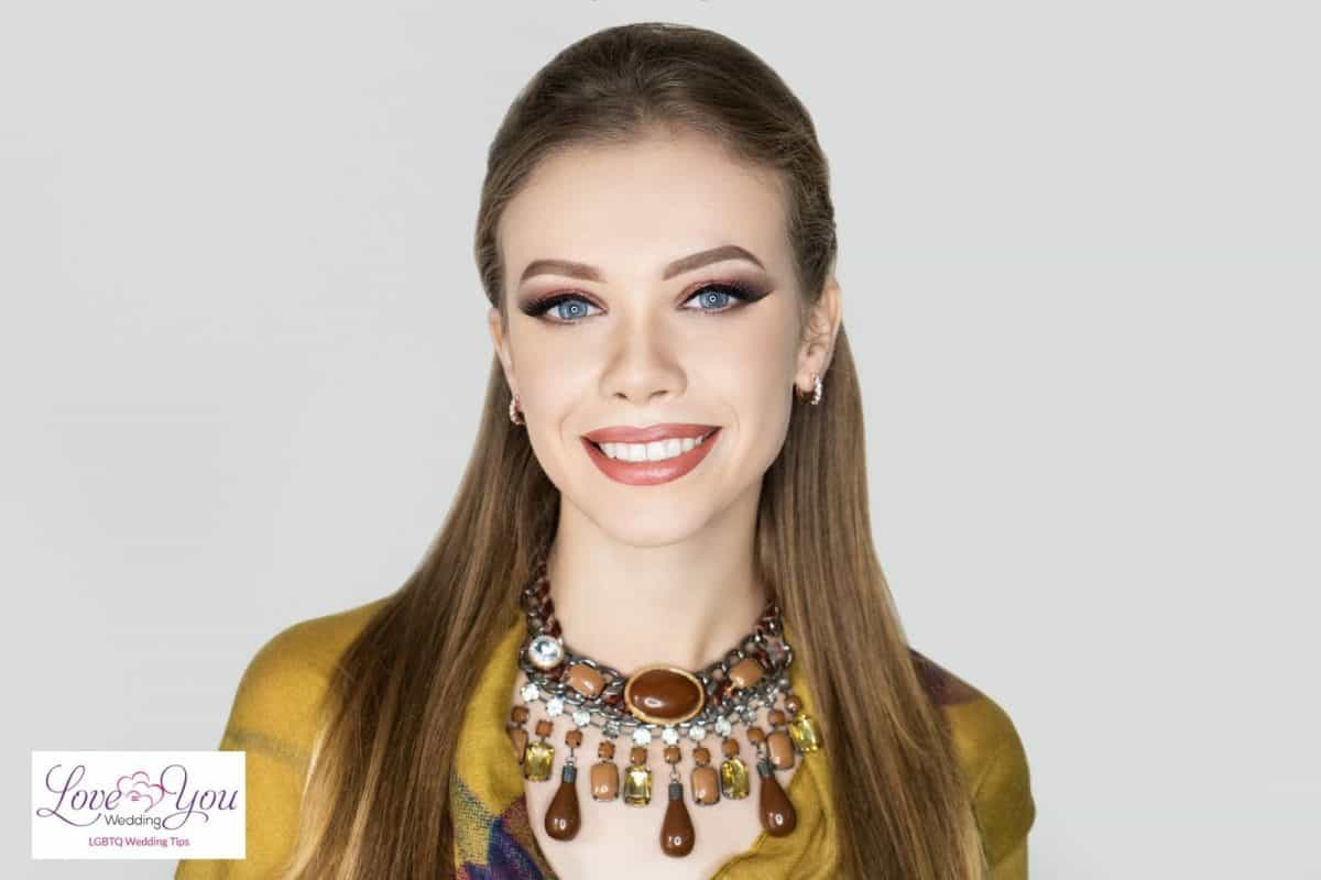 pretty lady with statement necklace full of brown stones